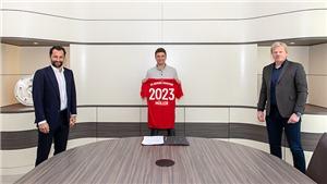 Thomas Mueller 'giãn cách xã hội' với sếp Bayern trong ngày ký hợp đồng mới