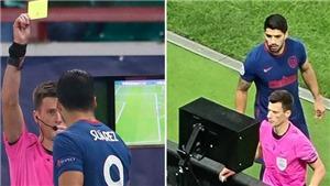 Luis Suarez lĩnh thẻ vàng vì... xem trộm VAR