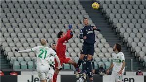 Ronaldo bật cao hơn cả thủ môn, đối thủ tròn mắt kinh ngạc