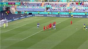 Tuyển Ý lập hàng rào che mắt thủ môn xứ Wales khi sút phạt trực tiếp