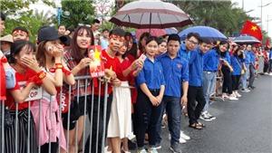 CĐV 'đội mưa' chờ U23 Việt Nam xuống sân bay