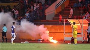 Tin tức bóng đá Việt Nam ngày 12/9: Văn Quyết 'hú vía' vì pháo sáng bay qua đầu, CĐV Nam Định tấn công cảnh sát