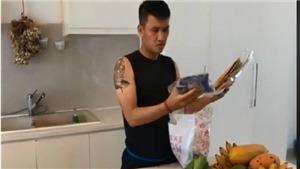 Giữa 'tâm bão' chỉ trích, Công Vinh vào bếp nấu ăn cho vợ con