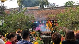 CHÙM ẢNH xuân Hà Nội: đường phố vắng vẻ, đền chùa đông đúc