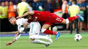 VIDEO: Ramos khóa tay khiến Salah chấn thương