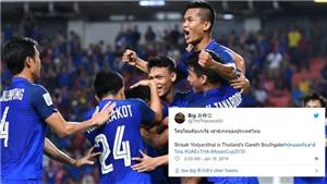Vượt qua vòng bảng, người Thái cảm ơn Ấn Độ, so sánh HLV Sirisak với… Gareth Southgate
