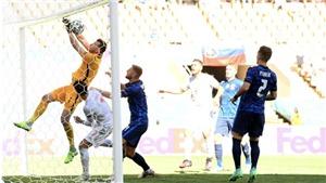 Thủ môn Slovakia phản lưới cực khó tin