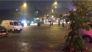 Nhiều phố Hà Nội thành sông, nước tràn vào nhà sau trận mưa lớn nhất từ đầu mùa