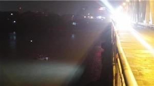 Ô tô mất lái lao qua lan can cầu Chương Dương xuống sông Hồng