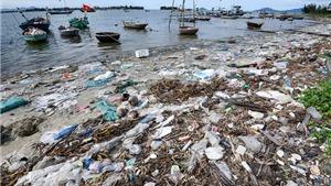 Ảnh rác thải vào triển lãm và thông điệp 'Hãy cứu biển - S.O.S'
