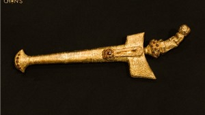 Đấu giá con dao vàng nạm 36 viên hổ phách thế kỷ 18, giá 199.000 USD (trên 4,6 tỷ đồng)