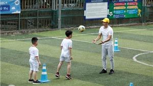 Con trai Thu Trang, Tiến Luật hào hứng học đá bóng cùng thầy giáo Công Vinh