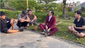 Hoài Linh ra mắt kênh Youtube, diện vest đi nhổ cỏ
