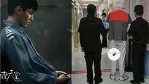 Xôn xao clip mới nhất về Ngô Diệc Phàm: Chân bị xích, cảnh sát hộ tống 2 bên?