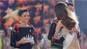 Chỉ hành động nhỏ này, H'Hen Niê được khen hết lời khi trao lại vương miện cho tân Hoa hậu Khánh Vân