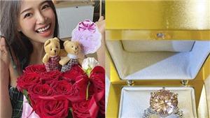 Phạm Hương khoe nhẫn kim cương, Phan Mạnh Quỳnh tặng quà dễ thương cho bạn gái trong ngày Valentine