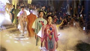 Hà Nội: Lung linh sắc màu áo dài đêm Văn Miếu – Quốc Tử Giám