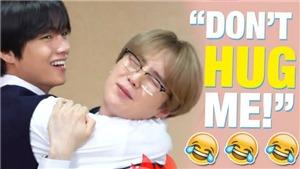 Hài hước loạt ảnh Suga BTS hoảng hốt mỗi lần bị V... ôm