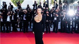 Bella Hadid dùng trang sức che vòng 1 trên thảm đỏ Cannes