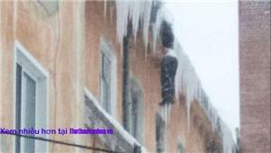 Kinh hãi phát hiện xác người đóng băng treo lơ lửng bên mái nhà