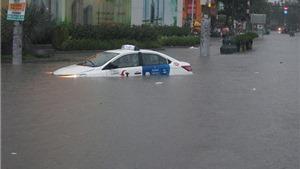 Thành phố Hồ Chí Minh nhiều nơi còn ngập nặng, cửa hàng sửa xe quá tải