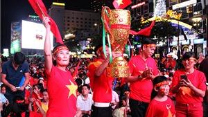 Cổ động viên Việt Nam 'đốt cháy' trời mưa rét