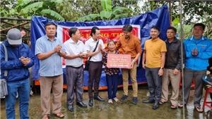 Quý Bình trao tiền xây 14 căn nhà, 3 sổ tiết kiệm ở Nghệ An, Hà Tĩnh