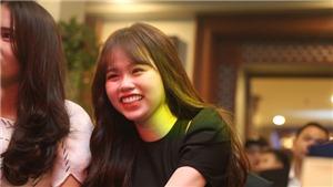 Bạn gái mới của Quang Hải cười rạng rỡ tại gala Quả bóng vàng Việt Nam