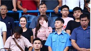 Huỳnh Anh đến sân cổ vũ Quang Hải, đăng status tình cảm gây sốt