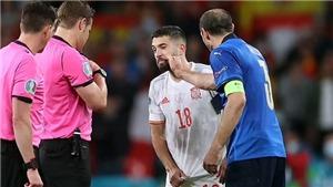 Chiellini gây sốc khi 'đẩy, dí nắm đấm rồi ôm chặt' Alba trước loạt đá luân lưu