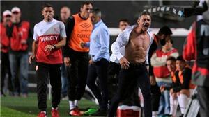 Bị đuổi, cựu sao Arsenal giật tung áo, khoe ngực trần như 'gã khổng lồ xanh' Hulk