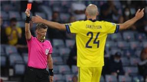 Huyền thoại Anh nhận gạch đá vì chê trọng tài rút thẻ đỏ ở trận Thụy Điển vs Ukraina