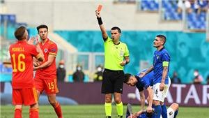 Trọng tài rút thẻ đỏ với cầu thủ xứ Wales bị chỉ trích dữ dội