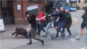 CĐV MU và Leeds hỗn chiến bên ngoài Old Trafford trước trận đấu