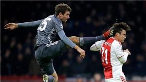 Thomas Mueller gây sốc khi bị đuổi sau cú bay đạp ngang đầu hậu vệ Ajax