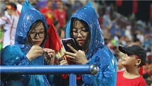 VIDEO: Hàng nghìn CĐV đến sân Phú Thọ, đội mưa cổ vũ U23 Việt Nam