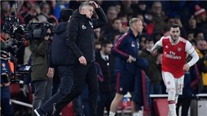 Van Persie giận dữ khi Solskjaer tươi cười phỏng vấn sau trận thua Arsenal