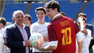 Thủ tướng Canada mặc áo của Totti, xuất hiện trên sân AS Roma cho trận đấu từ thiện