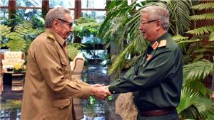 Đại tướng Raúl Castro tiếp Thượng tướng Nguyễn Chí Vịnh