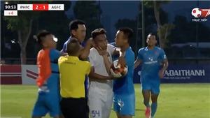 HLV bóp cổ cầu thủ và báo động sự xấu xí ở sân cỏ Việt