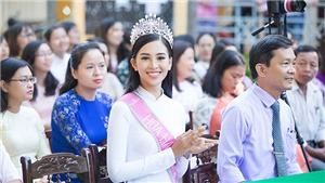 Hoa hậu Trần Tiểu Vy diện áo dài trắng đẹp tinh khôi về thăm trường cũ