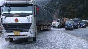 Mặt đường đóng băng gây nguy hiểm cho phương tiện tham gia giao thông