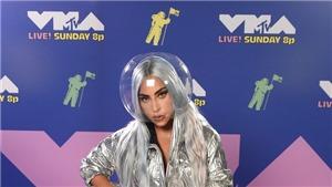Lady Gaga 'cách tân' khẩu trang, Miley Cyrus gợi cảm dự VMA 2020