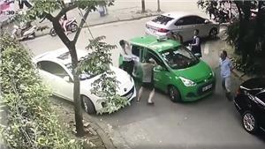 VIDEO: Cầm gạch đánh tài xế taxi toác đầu ở Mỹ Đình khiến cộng đồng mạng dậy sóng