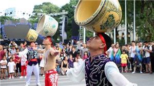 Chùm ảnh: Những tiết mục xiếc đặc sắc tại phố đi bộ Hồ Gươm, Hà Nội