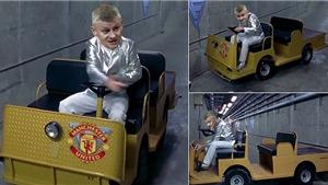 Ole Solskjaer làm lái xe đẩy hành lý, vật lộn với 'mớ hỗn độn' MU