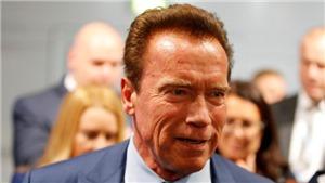 Đúng là 'Kẻ hủy diệt', Schwarzenegger không nao núng khi lĩnh trọn cú song phi từ kẻ lạ mặt