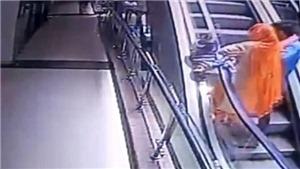 Mải chụp ảnh selfie, bà mẹ đánh rơi con nhỏ từ tầng 3 qua khe cầu thang