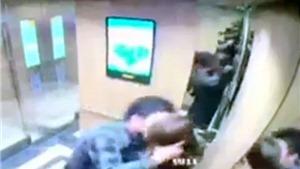 Chị em cần làm gì khi bị quấy rối trong thang máy?