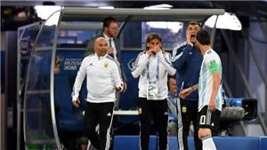 HLV Sampaoli phải 'xin phép' Messi để được thay Aguero vào sân